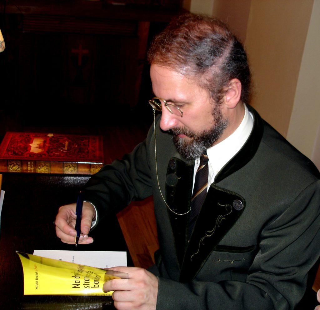 """Fotografie z autogramiády ke knize """"Na druhé straně barikády"""""""