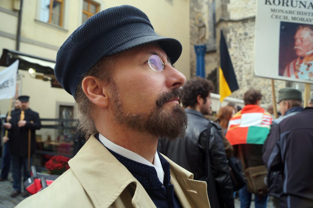 Fotografie Milana Brožka z Prošku při účasti na monarchistické demonstraci